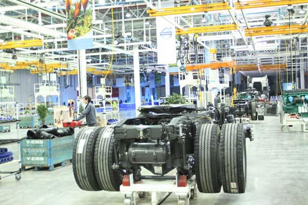 С конвейера завода Volvo в Калуге сошел первый тяжеловесный грузовик-тягач семейства FH