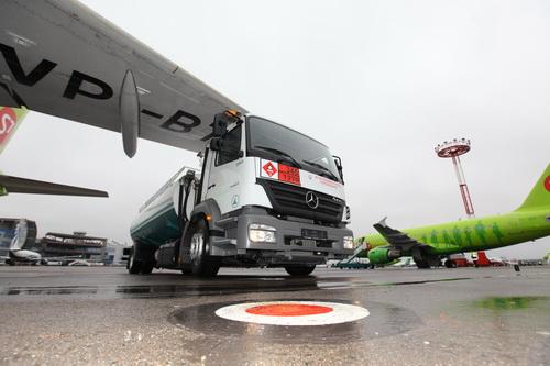 Первый низкопрофильный аэродромный топливозаправщик на базе Mercedes-Benz Axor в Московском аэропорту Домодедово