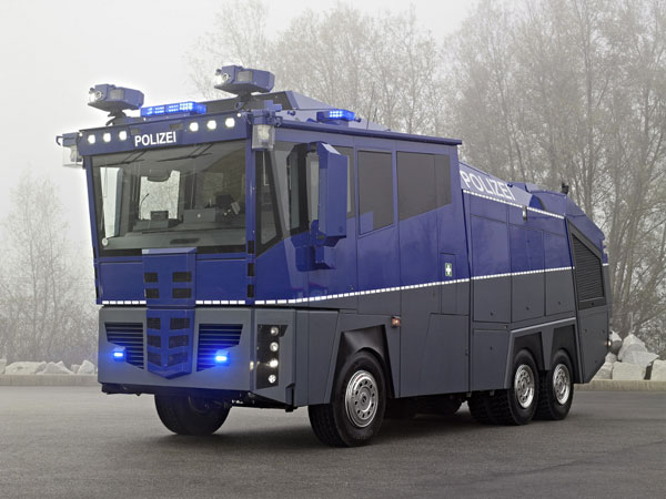Mercedes-Benz Water Cannon 10000 - полицейский автомобиль за миллион евро