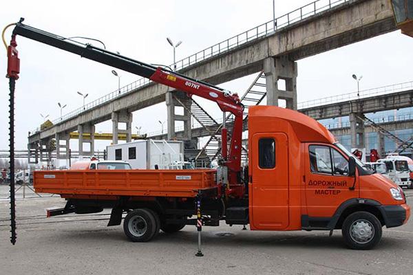«Дорожный мастер» с двухрядной 7-местной кабиной и КМУ Amco Veba с буром