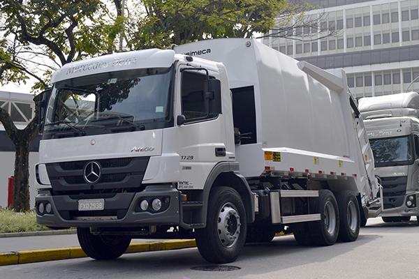 Собранные в Бразилии мусоровозы Mercedes-Benz Atego сАКПAllison поставляются в Колумбию