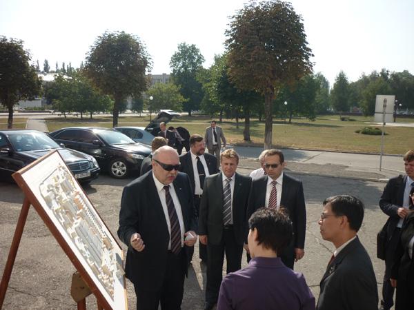 Иностранные дипломаты знакомились с «АвтоКрАЗом»