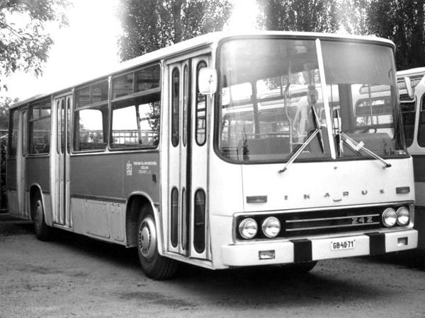 Первый прототип междугородного автобуса Ikarus 250 (а собственно и всей серии) был собран в 1967 году. Как и в случае с предыдущими моделями, Ikarus 250 подвергся самым тщательным испытаниям. Один из первых экземпляров в 1968 г. проходил эксплуатационные испытания в СССР, в том числе с участием ведущих институтов, таких как НАМИ и НИИАТ. Интересно, что этот автобус имел фары прямоугольной формы, тогда как серийные Ikarus 250 получат четыре круглых фары. Ikarus 242 (1969-1970)