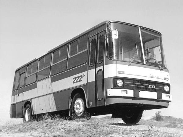Впервые был показан в 1975 году на международной осенней ярмарке в Будапеште. Был предназначен для междугородного сообщения. В салоне размещается 40 кресел, буфет, холодильник, рукомойник, гардероб. Комфортабельные регулируемые сиденья оснащены ремнями безопасности. Машина длиной 12 м весит в снаряженном состоянии 11,2 т, а с полной нагрузкой - 16 т. Шестицилиндровый дизель мощностью 220 л.с., расположенный в задней части машины под полом cалона, позволяет автобусу развивать скорость 106 км/ч. Ступенчатая форма кузова объясняется тем, что пол салона поднят больше, чем обычно (на 200 мм выше по отношению к отсеку водителя), чтобы предоставить место для емких багажных отсеков. Одновременно удалось значительно повысить безопасность пассажиров, подняв их над зоной наиболее вероятного повреждения боковин кузова при авариях. Задняя же надстройка вызвана необходимостью разместить установку для кондиционирования воздуха и ее воздухоприемную решетку. Среди других особенностей этой модели надо отметить независимую переднюю подвеску, раздельный пневматический привод тормозов, пятиступенчатую трансмиссию, гидравлический усилитель рулевого управления, безопасную рулевую колонку. Ikarus 222 (1975–1979)