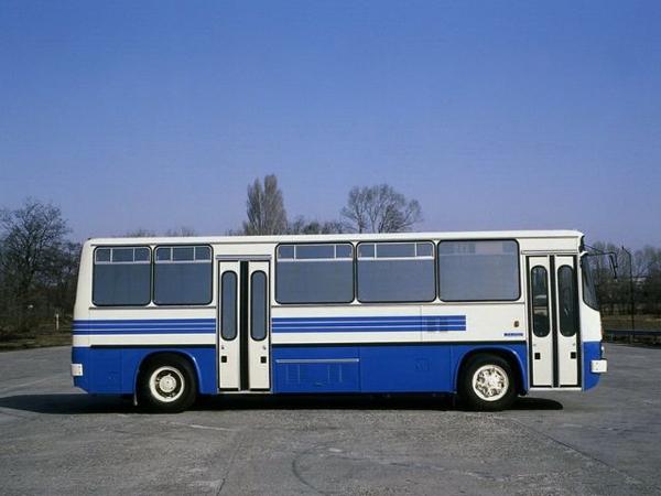 Ikarus 263 и 283, выпускавшиеся с середины 1980-х, представляли собой удлинённые на 1 м Ikarus 260 и 280. Эти автобусы был разработан для экспорта в ГДР, позже началось производство для эксплуатации в Венгрии. Внешне отличались небольшими дополнительными окошками за передней и задней дверями. Первые автобусы оснащались двумя четырёхстворчатыми дверьми. На них использовался тот же дизель D2156 HM6U с турбонаддувом мощностью 220 л.с. Увеличение длины автобуса позволило изменить компоновку салона. Вместо убранных сидений напротив средней двери появилась просторная накопительная площадка. Была увеличена и задняя накопительная площадка. Салон стал намного комфортабельнее за счёт установки новых сидений с более высокими спинками и боковыми ручками для стоящих пассажиров. Сиденья, располагавшиеся около дверей, были отгорожены от них стеклянными перегородками. В плафонах освещения нового типа использовались люминисцентные лампы. Спустя год эти новшества были внедрены и на Ikarus 260 и 280. Ikarus 216 (1985–1990)