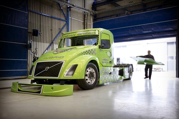 Гибридный гоночный грузовик Volvo Mean Green готовится установить мировой рекорд