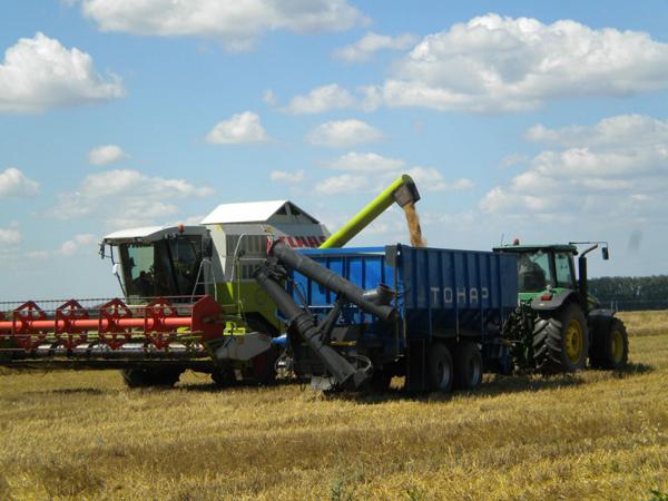 В Тамбовской области прошли испытания тракторного прицепа Тонар-ПТ-4 с установкой шнековой перегрузки